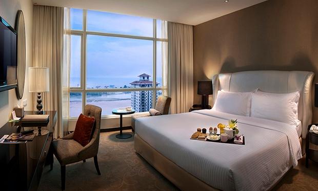 Malacca: 4* Hatten Hotel + Coach 1