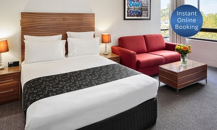 Surry Hills: Overnight Stay for Two People with Late Check-Out and Wine at 4* Cambridge Hotel Sydney