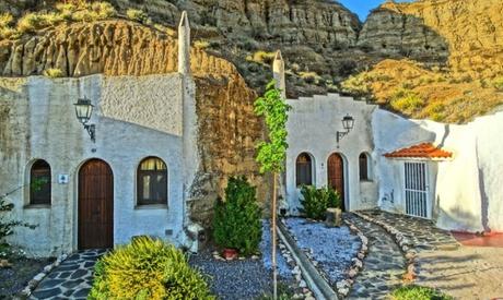 Guadix: 1 o 2 noches en cueva doble para 2 personas con detalle y opción a menú y spa en Hotel Cuevas Abuelo Ventura