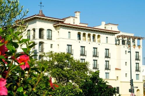 With a stay at Hyatt Centric Santa Barbara in Santa Barbara (East Beach), you'll be a 3-minute drive from Santa Barbara Zoo and 9 minutes from Presidio Santa Barbara. This 4-star hotel is mi (4 km) from Santa Barbara County Courthouse and mi ( km) from Mission Santa Barbara.