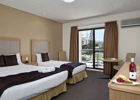Comfort inn haven marina glenelg north for 6 10 adelphi terrace glenelg