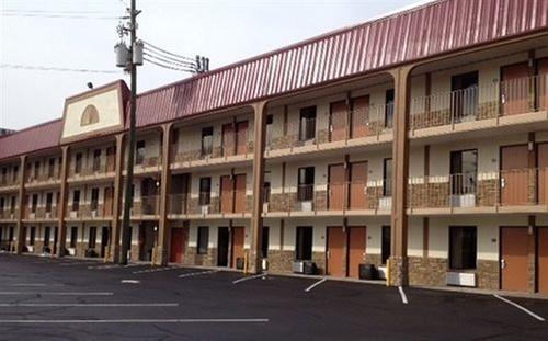 GETAWAYS MARKET PICK. About Red Roof Inn U0026 Suites Pigeon Forge ...
