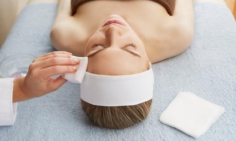 Limpieza facial con tratamiento orbicular y/o vitamínico con diseño de cejas desde 19,95€ en Belleza Clara Ramos