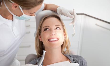 Limpieza bucal completa con diagnóstico o curetaje en 1 o 2 arcadas desde 12,95 € en Clínica dental Reina Mercedes