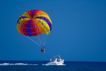Paseo en parasailing por la costa de Marbella para dos personas por 44,95 €