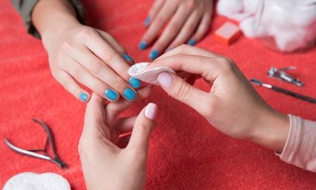 Manicura y/o pedicura normal, permanente, semipermanente o uñas acrílicas desde 12,99 € en Distrito Wellness Concept