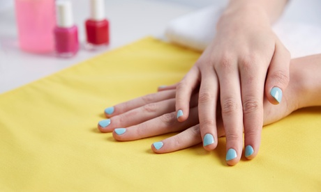 3 manicure con applicazione di smalto semipermanente al centro Forever Fashion Beauty & Hair (sconto 72%)