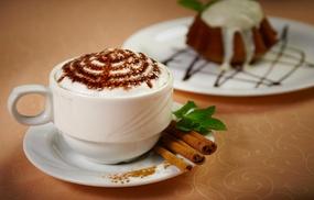 Bar Bablu: Bevanda dolce con dolci di pasticceria a scelta per 2 o 4 persone al Bar Bablu (sconto fino a 46%)