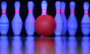 Bowling Castle: 2 Std. Bowling für 4 oder 8 Personen inkl. je 1 Schnitzelplatte mit Pommes Frites im Bowling Castle (bis zu 58% sparen*)