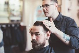 Peluquería Barbería Agustina: 4 sesiones de peluquería para hombre con corte y opción a arreglo de barba desde 12,90 € en Peluquería Barbería Agustina