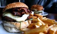 Menú para 2 o 4 con combo de entrantes a compartir, hamburguesa, bebida y surtido de postres desde 16,95€ en Tasca SKow