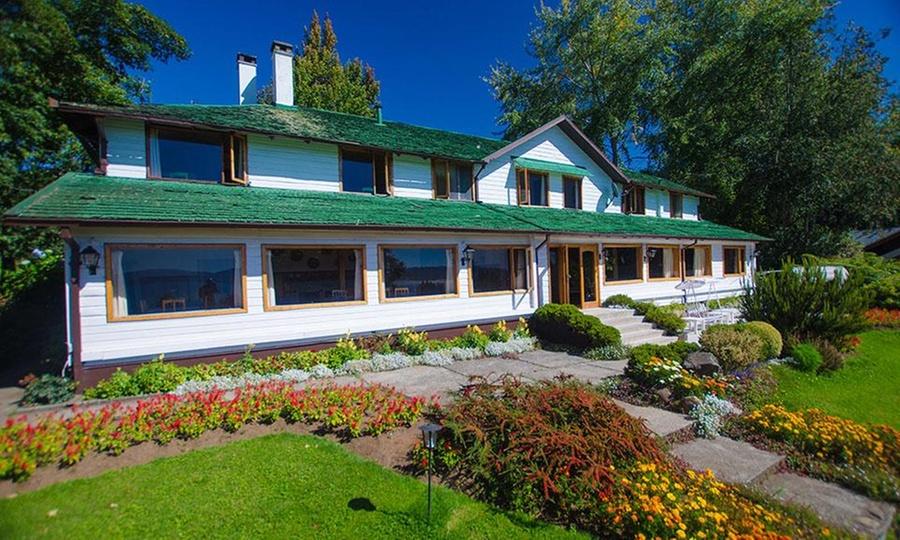 Hotel y cabañas El Parque: Lago Villarrica: desde $49.000 por 2, 3 o 4 noches para dos o seis + picoteo y trago de bienvenida en Hotel y Cabañas El Parque