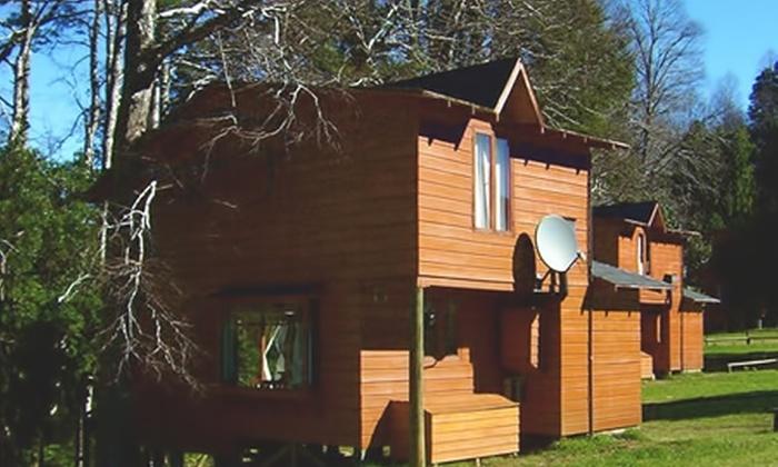 Menetúe: Paga desde $136.000 por 2 o 3 noches para dos o cuatro + desayuno continental + acceso a piscinas en Parque Termal Menetúe, Pucón