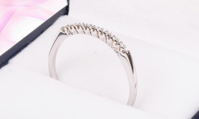 VICENZA: $189.900 en vez de $390.000 por anillo medio cintillo de oro blanco 18 quilates con 8 diamantes en Vicenza