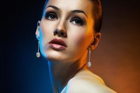 Azzia Joyas: $13.590 en vez de $27.190 por aros colgantes de cubo con cristales SWAROVSKI ELEMENTS + cadena o vástago de plata en Azzia Joyas. Incluye despacho