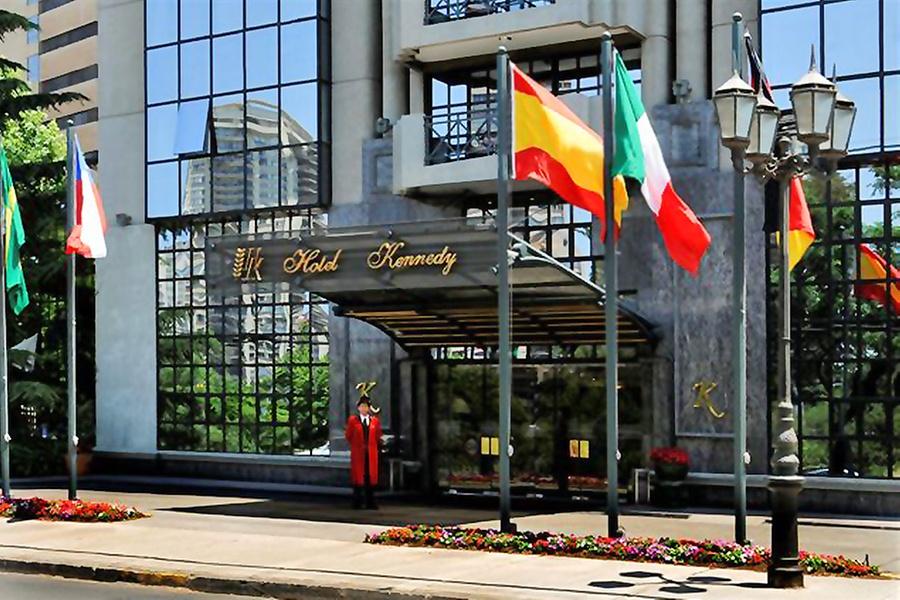 Hotel Kennedy: Paga desde $65.000 por noche para dos + desayunos + acceso a gimnasio y piscina temperada en Hotel Kennedy 5 estrellas, Santiago. Elige habitación