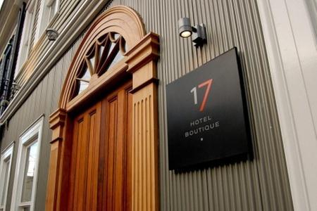 Hotel Boutique 17: Paga desde $53.710 por 1 o 2 noches en Valparaíso para dos + welcome drink + tabla de quesos + desayuno americano en Hotel Boutique 17. Elige días de estadía
