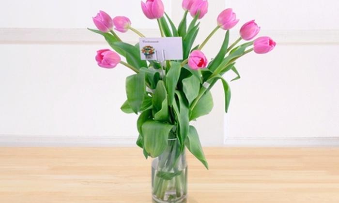 Aimée Centro: $15.990 en vez de $39.990 por florero con 10 tulipanes con despacho en Aimée. Elige color