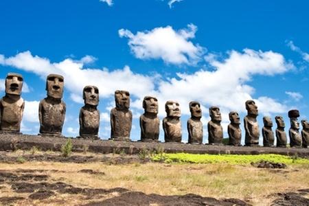 Groupon Travel (Rapa Nui): Fiesta Tapati en Rapa Nui: 4 noches en residencial Tekena Inn + desayuno + aéreos + traslados desde $579.000 por persona. Elige plan