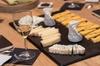 Dégustation de fromages et de vins dans une cave à fromage de Paris