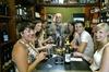 Cata privada de vinos con aperitivos en el centro histórico de Vale...