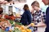 Visita al mercato locale e lezione privata di cucina a casa di una ...