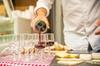Balade dans un bistrot français à Montmartre, apéritif et dégustati...