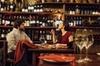 Visita a pie de cata de vinos y tapas para grupos pequeños