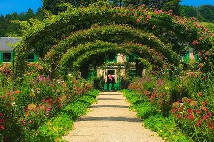 Parismatic Tour : Votre guide-chauffeur agréé vous prendra en charge à votre résidence pour un incroyable voyage vers la maison de Claude Monet, à travers les paysages pittoresques de la campagne française qui a inspiré l'un des plus grands peintres impressionnistes.Vous verrez où le «père de l'Impressionnisme» a passé la deuxième partie de sa vie et les 43années les plus productives de sa vie, où il a construit son paradis pastoral. Visitez son studio, promenez-vous dans les charmants jardins et sur le pont japonais qui lui a inspiré sa série très colorée, Les Nymphéas, et d'autres peintures.Au cours de cette excursion privée à Giverny, vous aurez le temps de vous promener dans le village de Giverny, pour admirer les maisons fleuries, les galeries d'art, les cafés et le célèbre hôtel Baudy à la façade rose qui a été un lieu de prédilection pour les impressionnistes américains.Après votre visite privée à Giverny, votre guide vous ramènera à Paris à travers la pittoresque campagne normande.