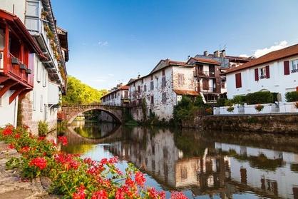 Lors de cette excursion, nous vous offrons la possibilité de visiter une partie de l'intérieur du Pays basque français, en particulier Saint-Jean-Pied-de-Port, Saint-Étienne-de-Baïgorry et leurs cadres magnifiques.Nous commencerons par un trajet de votre