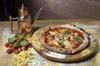 Pranzo o cena in una pizzeria del posto con pizza fai-da-te