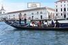 Canal Grande in gondola con cantanti e cena, senza fare coda e con ...