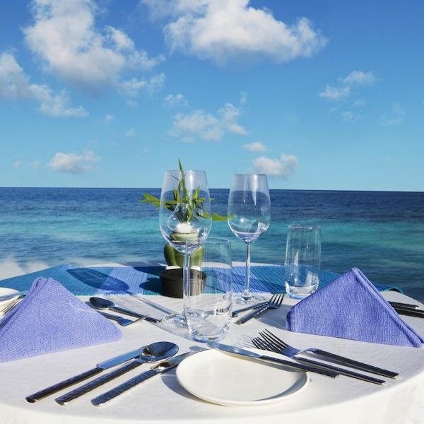 tavola apparecchiata al mare