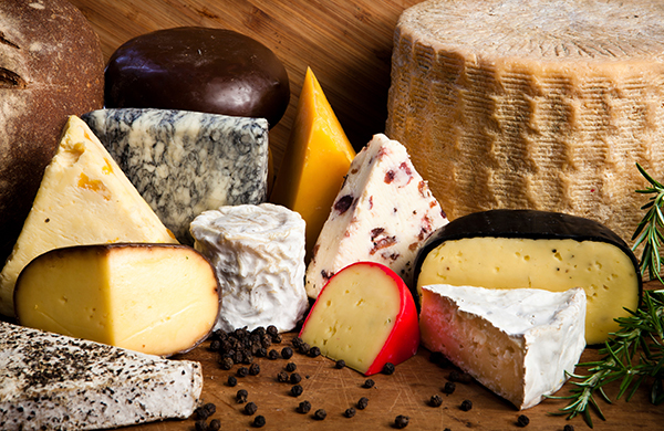 A Cheese Pairing Guide for Wine, Beer, and Fruit
