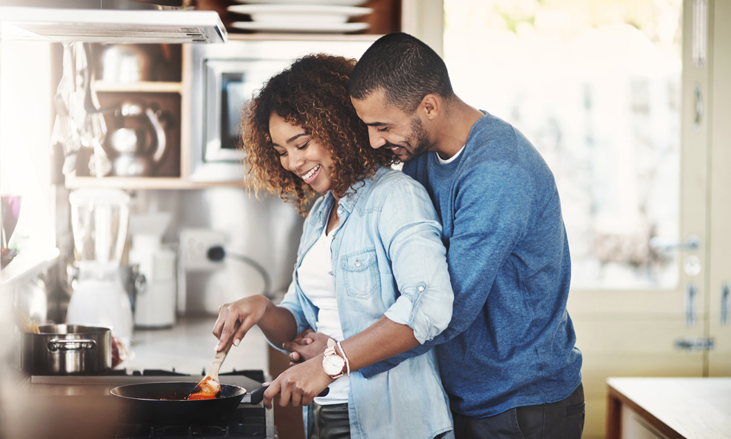 12 gifts your wife will love man hugging woman in kitchen fandeluxe Images