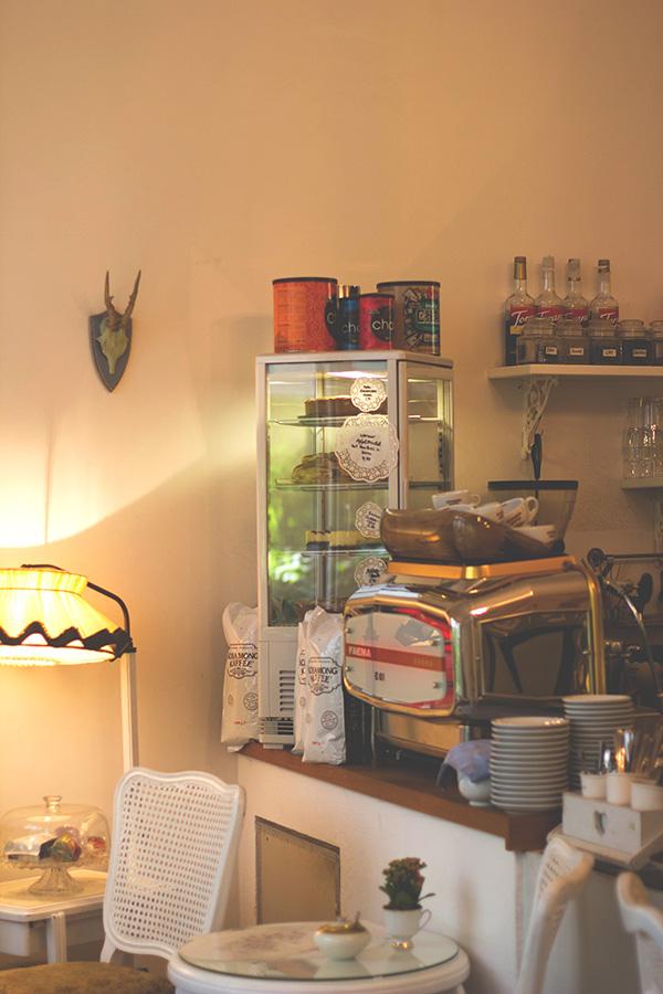 Kuchentheke mit frischem Gebäck im Café Miss Päpki im belgischen Viertel in Köln
