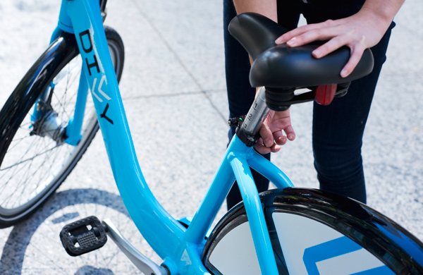 A-First-Timers-Guide-to-Divvy-Biking_seatlift_600c390