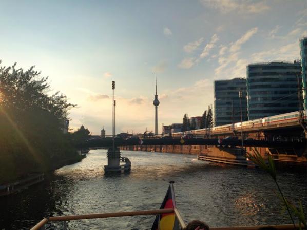Berlin vom Hauptstadtfloß betrachtet