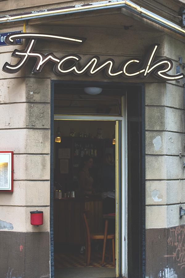 Leuchtreklame und Eingangstür zum Frühstück ins Café Franck in Köln