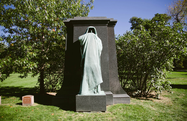 Hunting-for-Ghosts-in-Five-Chicagoland-Graveyards_caped_600c390