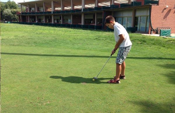 Qué hacer con niños en Barcelona: jugar al golf