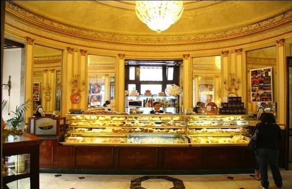 Quattro passi tra la storia al Caffè Gambrinus di Napoli