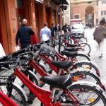 Su e giù per Bologna in bicicletta tra piste ciclabili e servizi di noleggio ad hoc