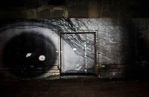 Die unscheinbare Eingangstür zur Bar Tausend in Berlin