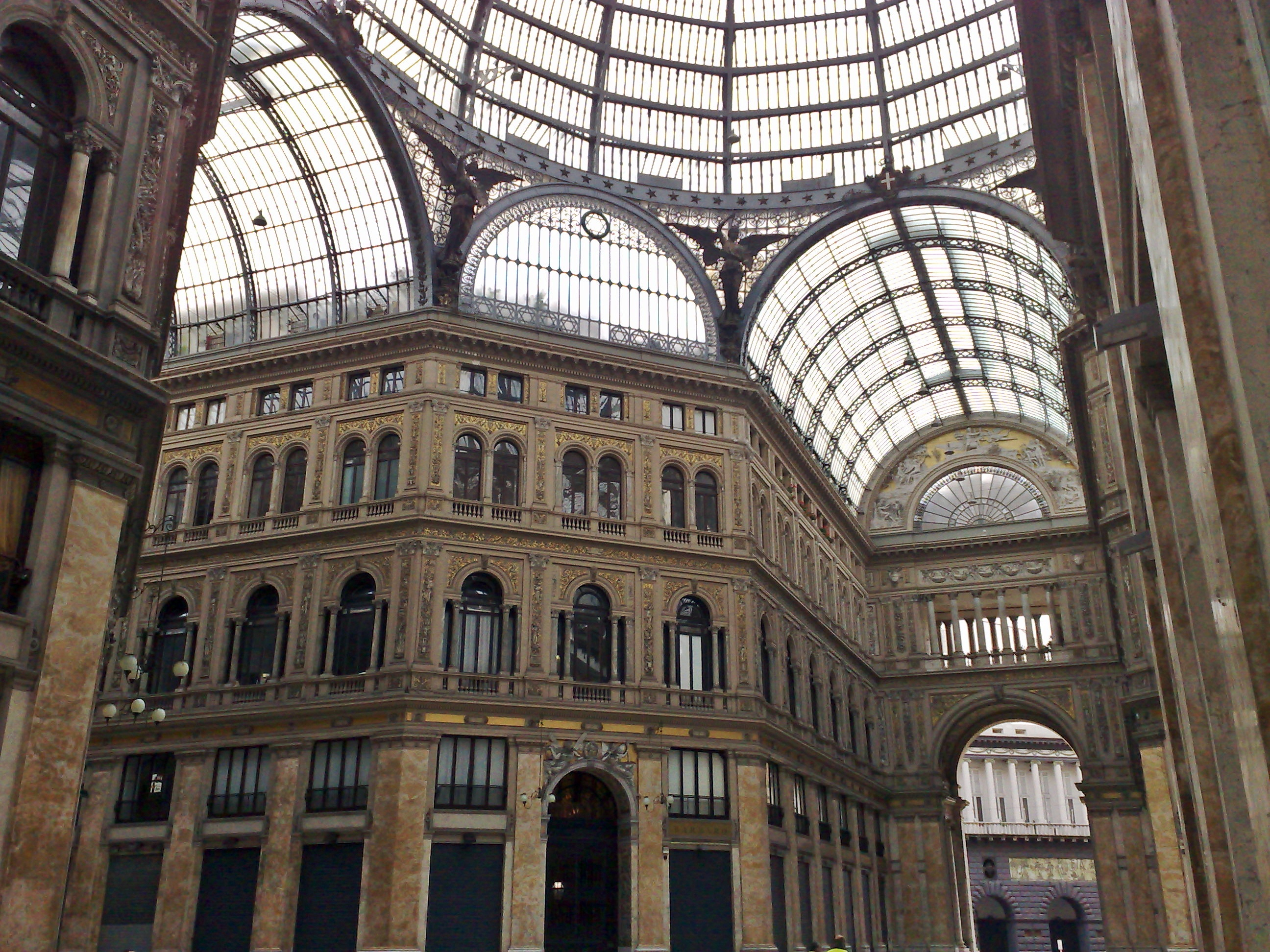Fare shopping e passeggiare alla Galleria Umberto di Napoli