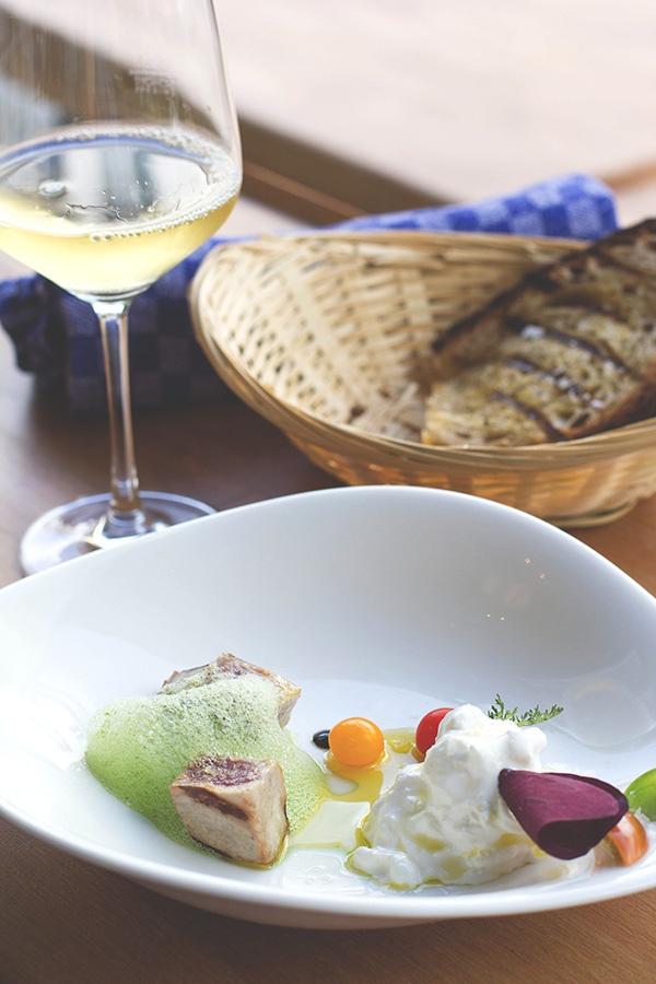 Die Vorspeise des Lunchs im Pure White in Köln, serviert mit knusprigem Brot und einem Glas Weißwein