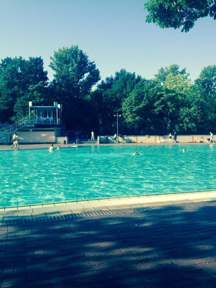Morgens ist es noch angenehm leer im Prinzenbad, Frühschwimmen vor der Arbeit war nicht umsonst in diesem Sommer ein richtiger Trend.