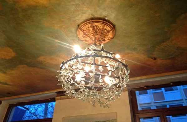 Gemütliches Ambiente mit eigensinnigen Kronleuchtern im Café Feynsinn