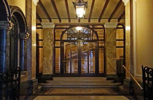 Un insolito tour di Milano alla scoperta degli ascensori