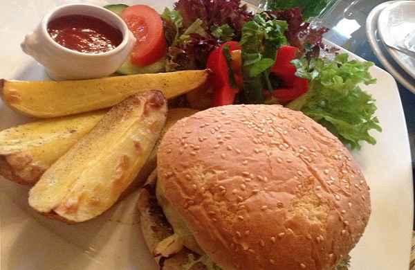 Der bekannte Bio-Burger aus dem Café Feynsinn, ein wahrer Genuss